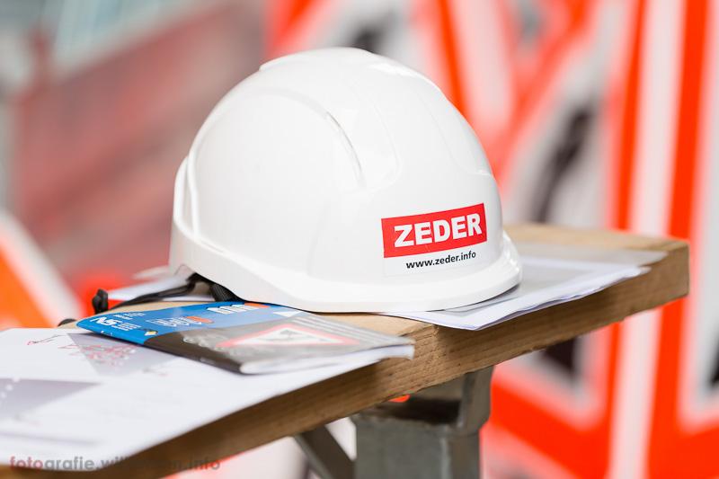 Bauarbeiter Verordnungen und Sicherheitsdokumente mit ZEDER Helm