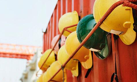 Helme auf Baustelle