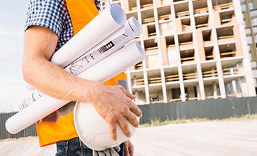Mann mit Sicherheitsdokumenten und Bauarbeiter Verordnungen